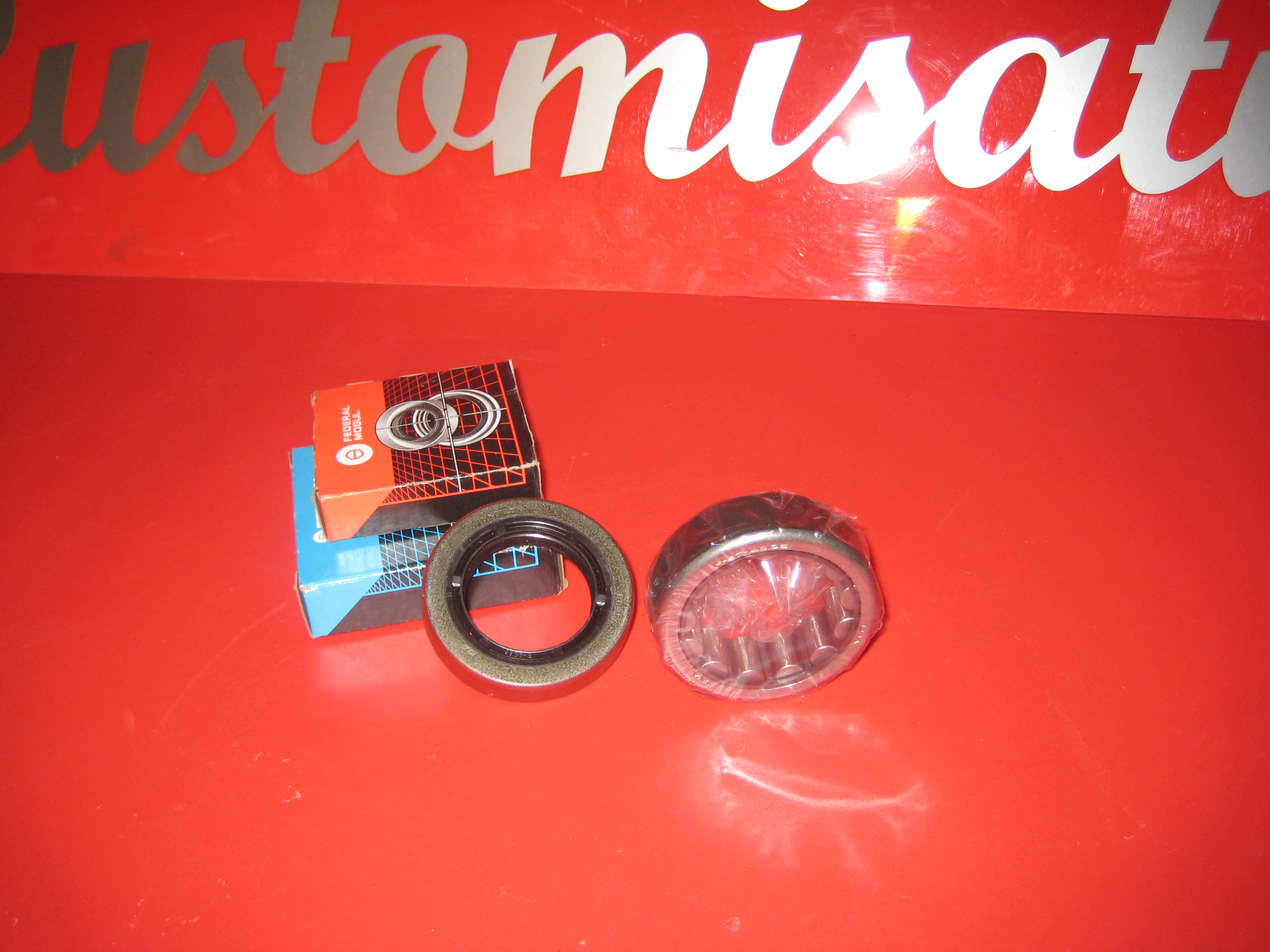 1 rear wheel bearing complete with oil seal 90-94 Towncar